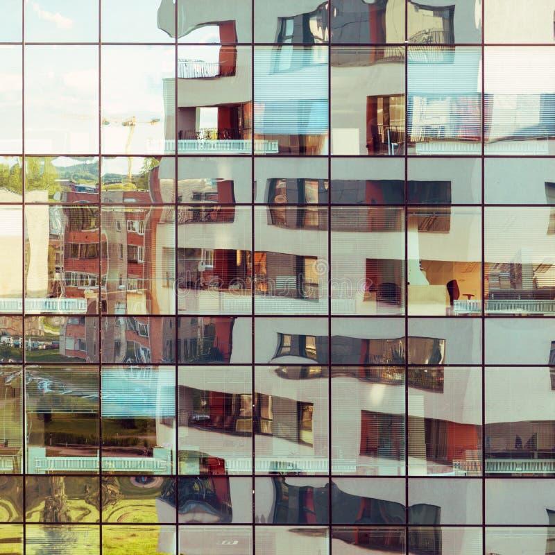 在玻璃门面反射的现代大厦 免版税库存图片