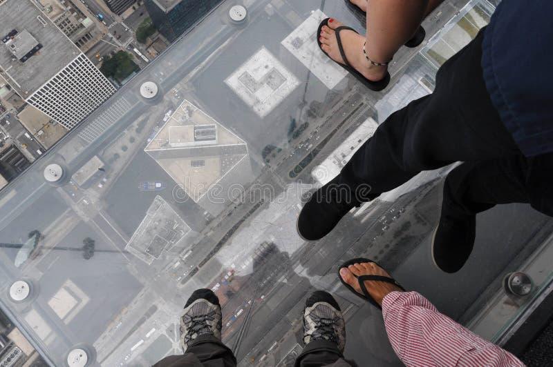 在玻璃阳台的脚Skydeck的 图库摄影