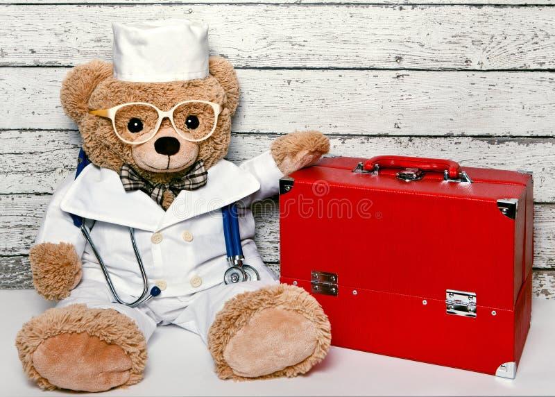 在医疗衣物的玩具熊 图库摄影