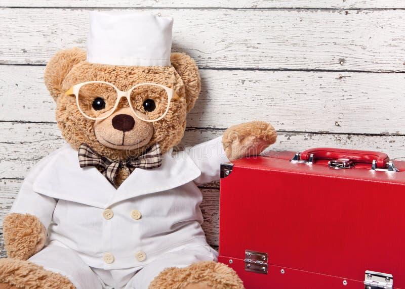 在医疗衣物的玩具熊 库存照片