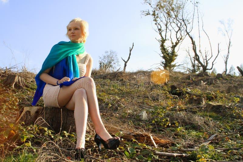 在贫瘠风景安装的年轻白种人妇女 免版税库存图片