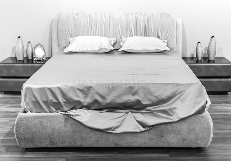 在黑白的丝绸床 库存图片