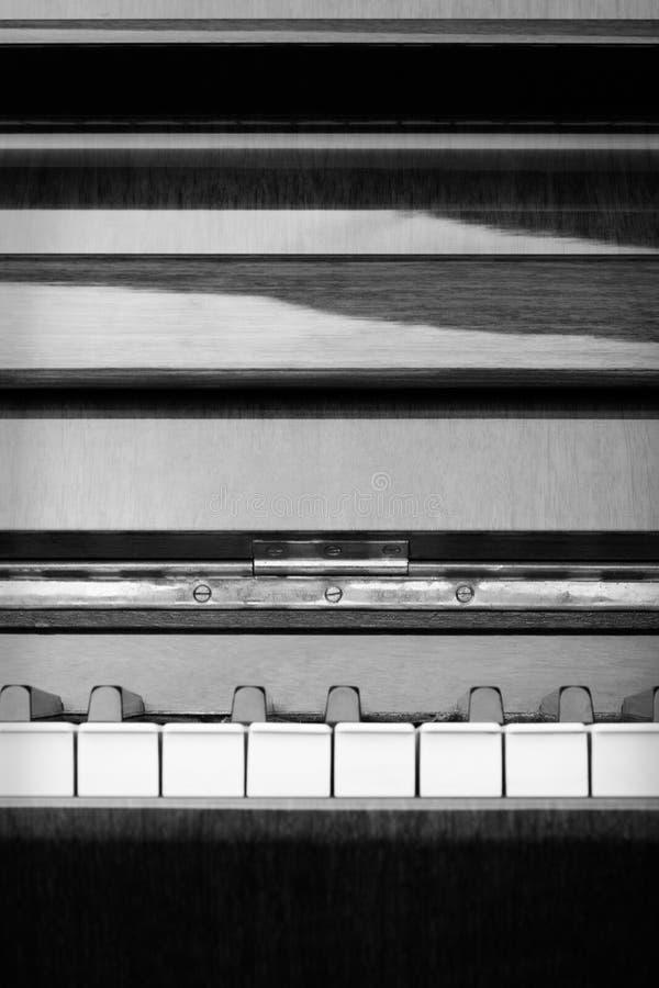 在黑白的抽象钢琴-垂直 免版税图库摄影