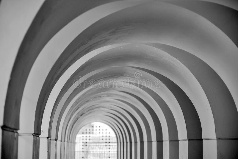 在黑白的被成拱形的入口 免版税库存照片