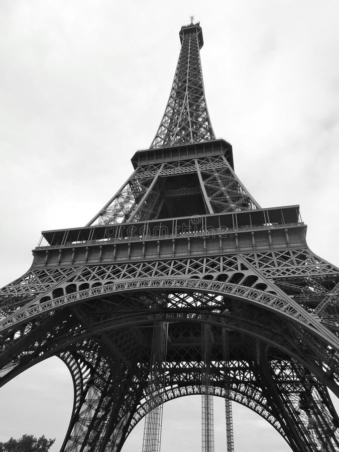 在黑白的直角艾菲尔铁塔 免版税图库摄影