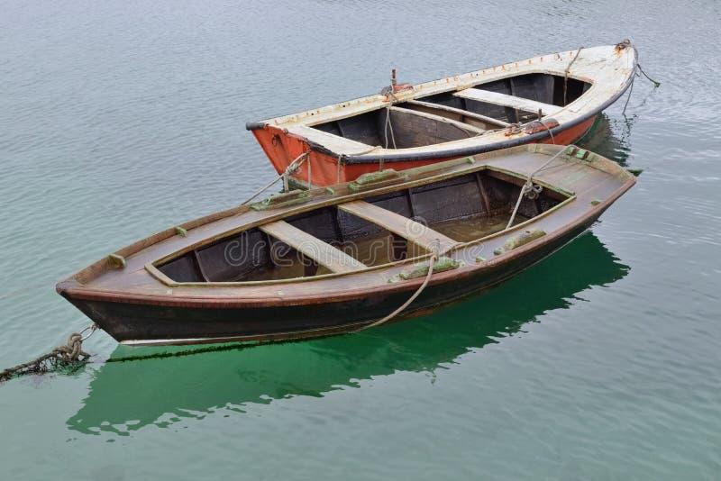 在水的两个木渔船 库存图片