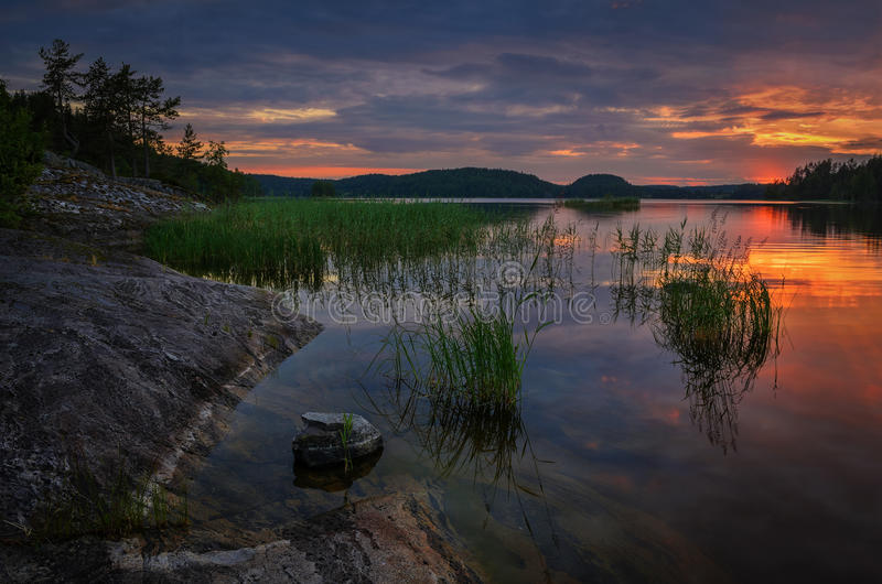 在水的五颜六色和生动的天空 免版税库存照片