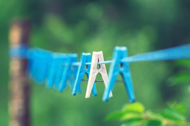 在绳索的亚麻制晒衣夹 库存图片