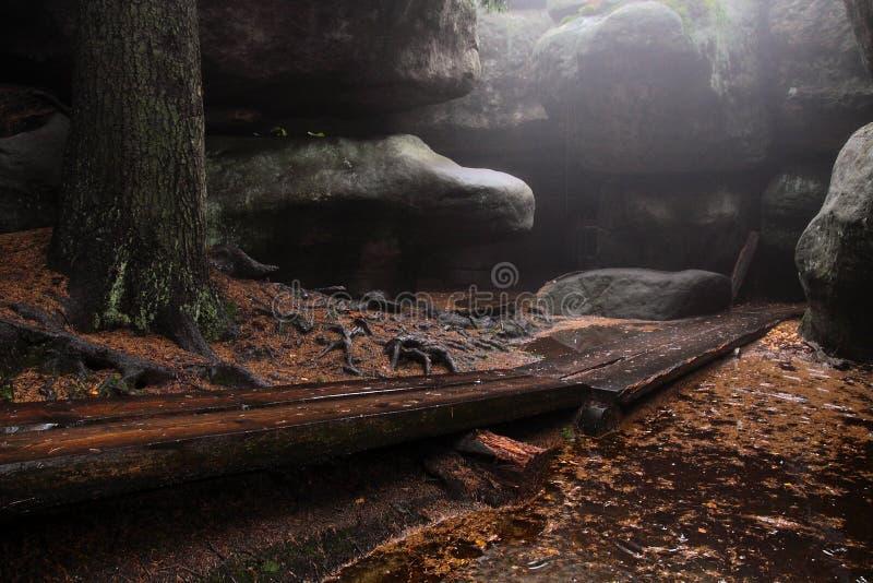 在洞的人行桥 库存照片