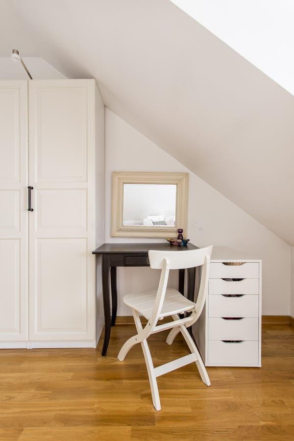 在轻的内部的简单的卧室家具 库存图片