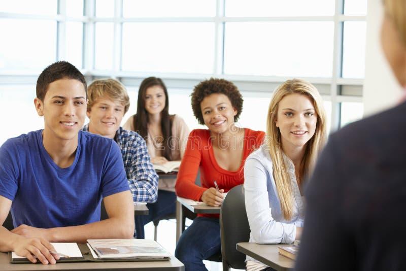 在类的多种族少年学生 免版税库存图片
