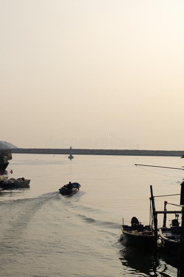 在水的小船在渔村 库存照片