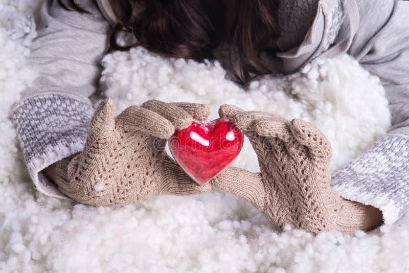 Download 在轻的小野鸭被编织的手套的手拿着在雪的美好的纠缠的葡萄酒红色心脏 库存照片 - 图片 包括有 1月, 衣物: 62530590
