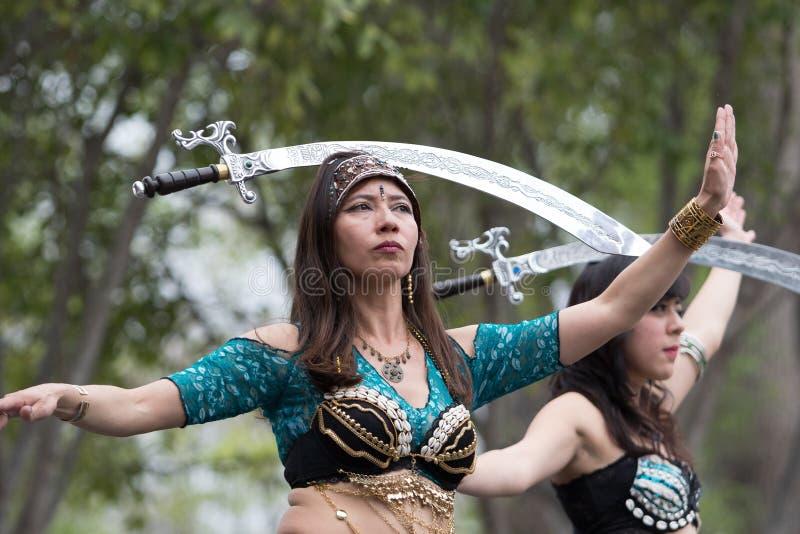 在头的平衡的剑在舞蹈期间 免版税库存图片