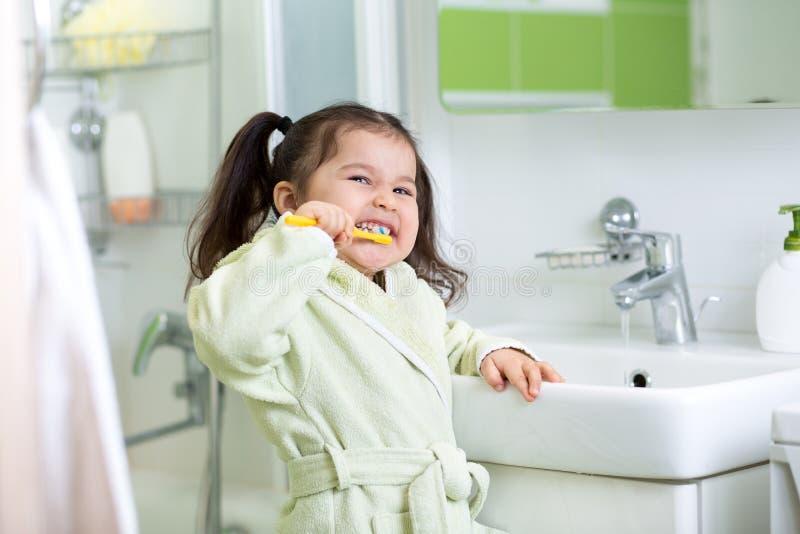 在浴的微笑的小女孩掠过的牙 库存照片
