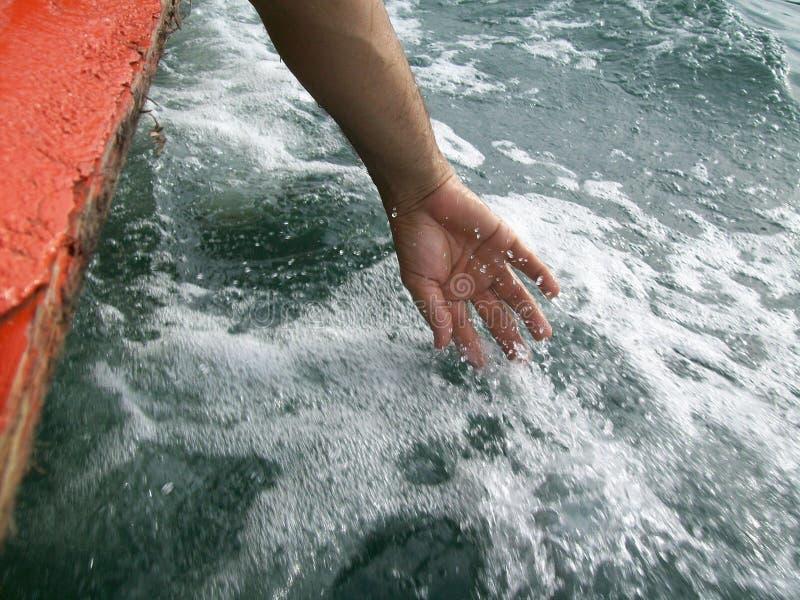 在水的手 免版税库存照片