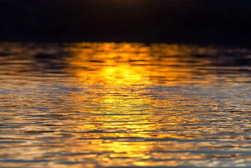 在水的日落反射 免版税库存照片
