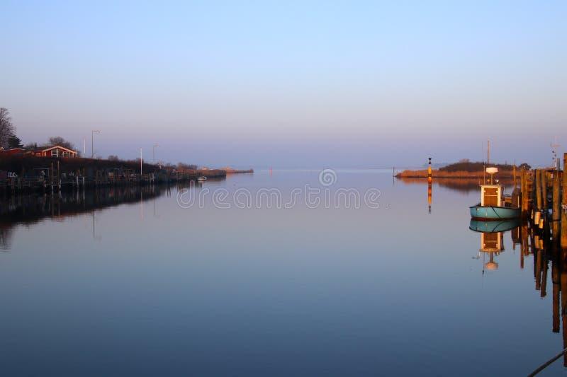 在他的晚上心情很好小的港口 免版税库存照片