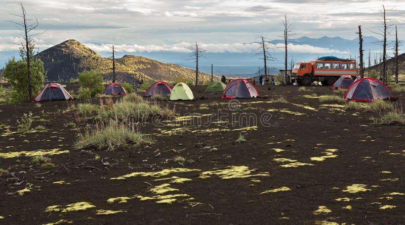 在死的木头-灰灾难发行的后果的营地在火山的爆发时1975年扎尔巴奇克火山 图库摄影