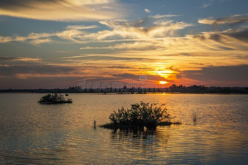 在水的梅里特岛野生生物保护区,佛罗里达的日落 库存照片