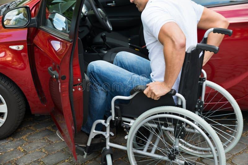 在他的汽车的残疾人搭乘 免版税图库摄影