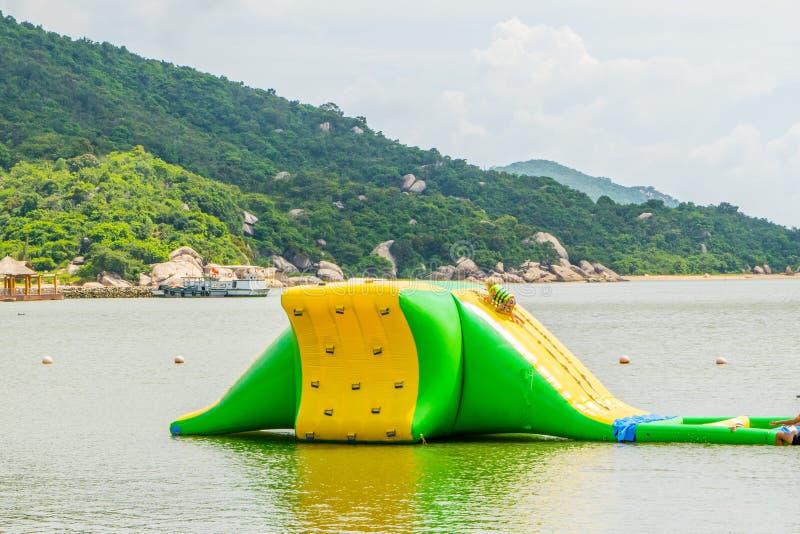 在水的海娱乐可膨胀的绷床孩子的 免版税库存图片