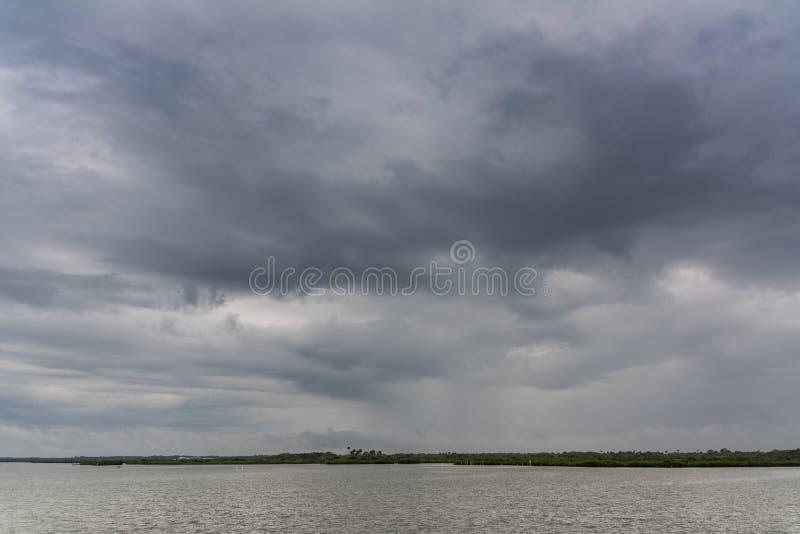 在水的灰色天 免版税图库摄影