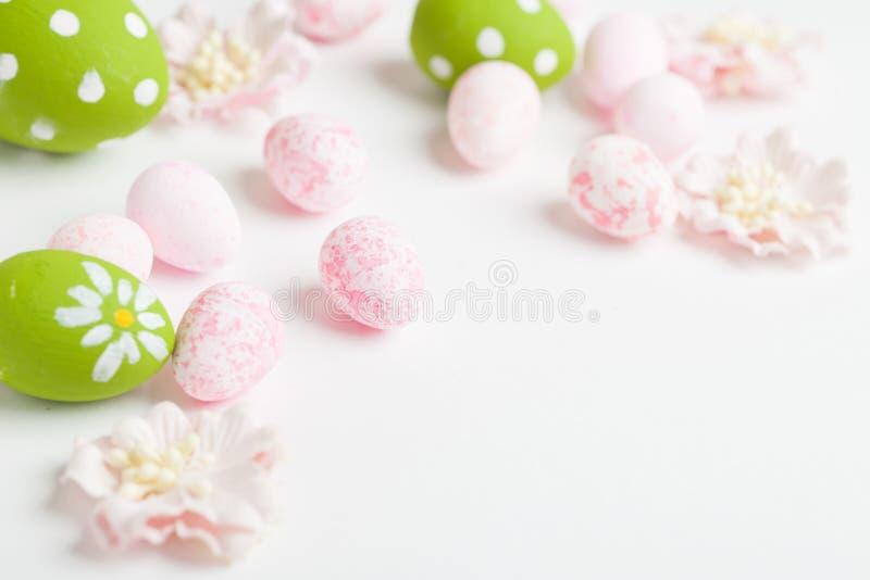 在轻的背景的桃红色复活节彩蛋 免版税库存照片