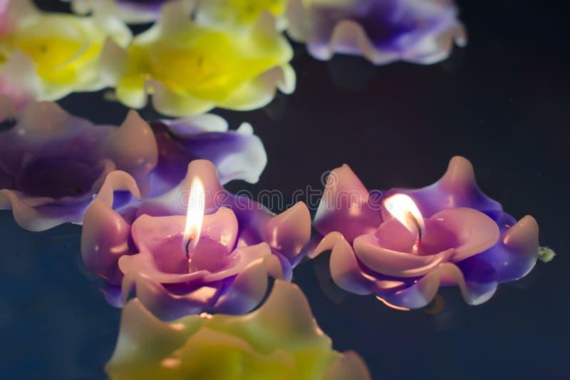 在水的蜡烛轻的花 库存照片