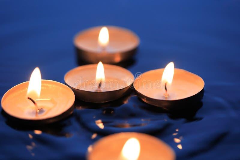 在水的蜡烛 免版税库存照片