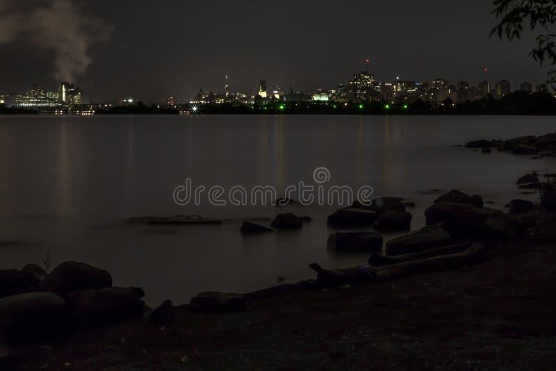 在水的街市渥太华在晚上 免版税图库摄影