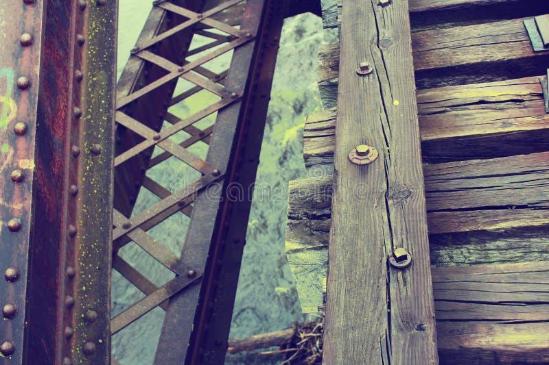 在水的被放弃的火车轨道 免版税库存照片