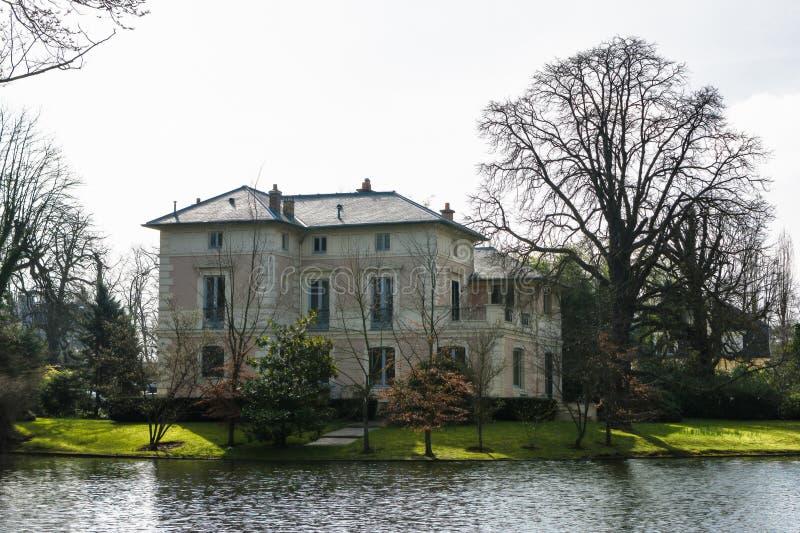 在巴黎的郊区别致的别墅 库存图片
