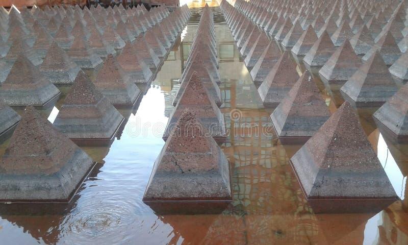在水的金字塔 免版税库存图片