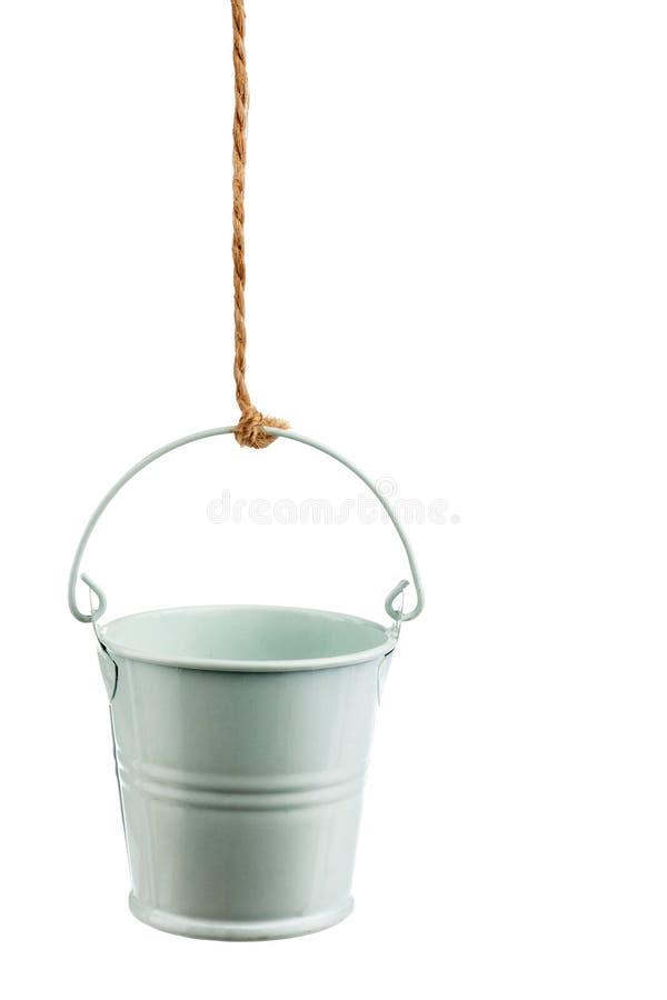 在绳索的铁桶 免版税库存照片
