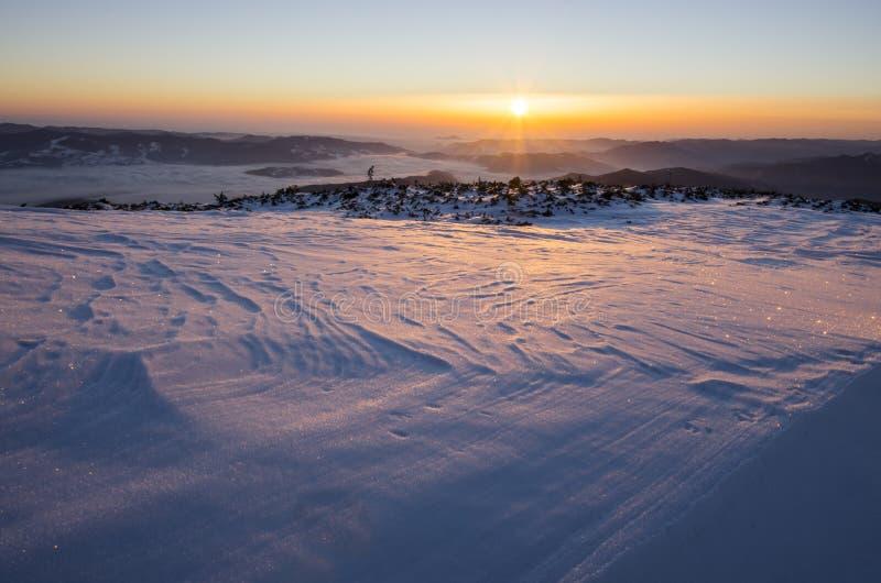 在冻结的风景的冬天日出 免版税库存照片
