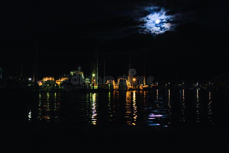 在水的令人毛骨悚然的月亮 免版税库存图片