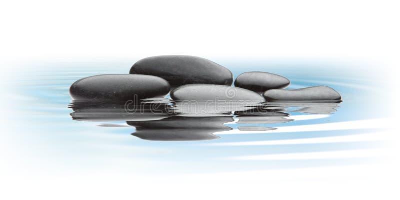 在水的黑石头 库存照片