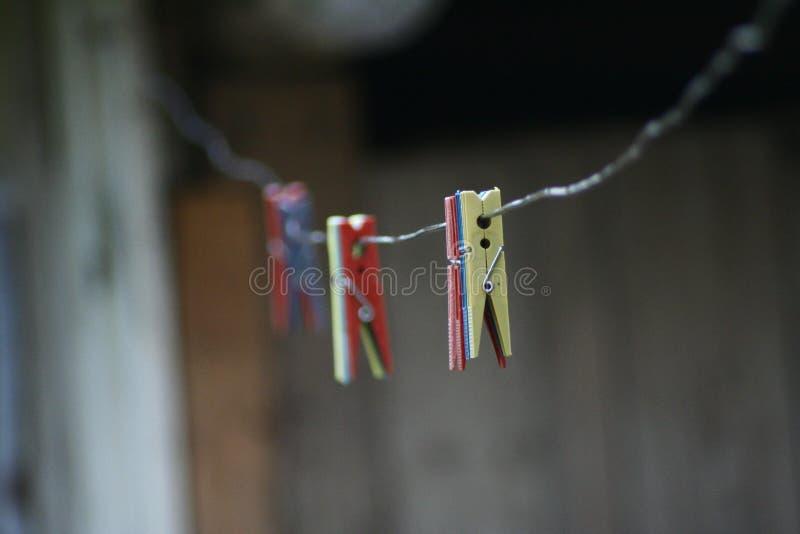 在绳索的洗衣店勾子 库存照片