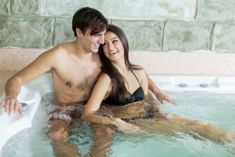 在浴盆的年轻夫妇 库存照片