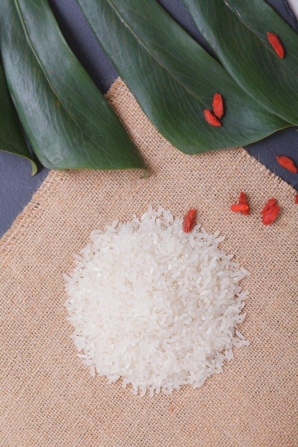 在黑石桌上的米与卡其色的亚麻布和绿色le 库存图片