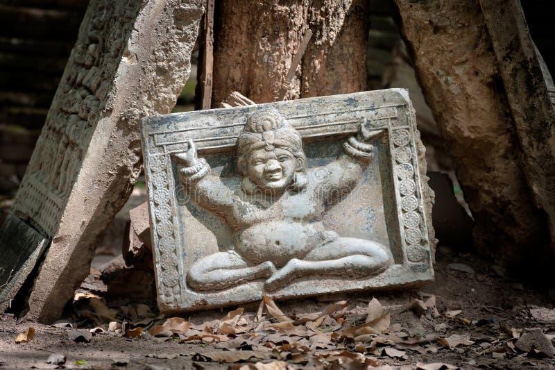 在破碎石块安心的部分的菩萨图象在Wat Umong,清迈,泰国的 免版税库存照片