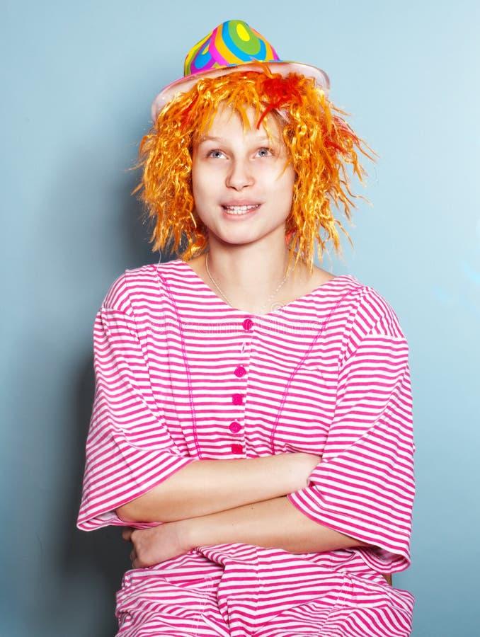 在滑稽的镶边衣服打扮的女孩 库存图片