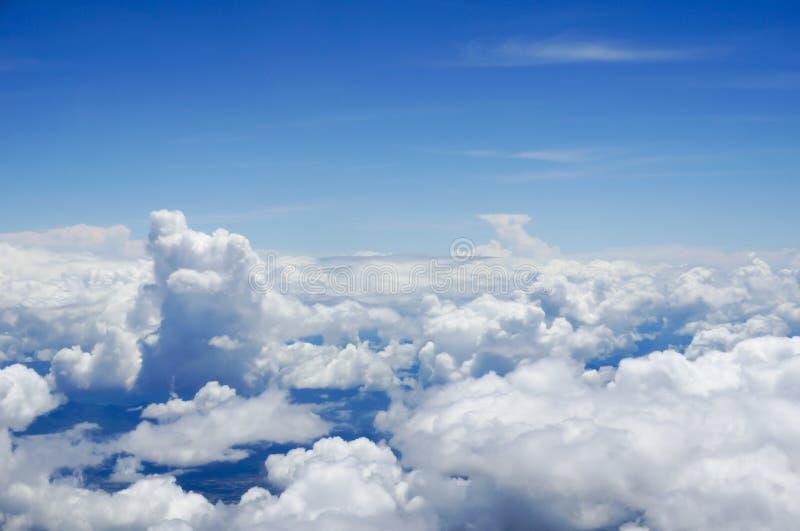在从空中飞机的云彩上 免版税库存照片