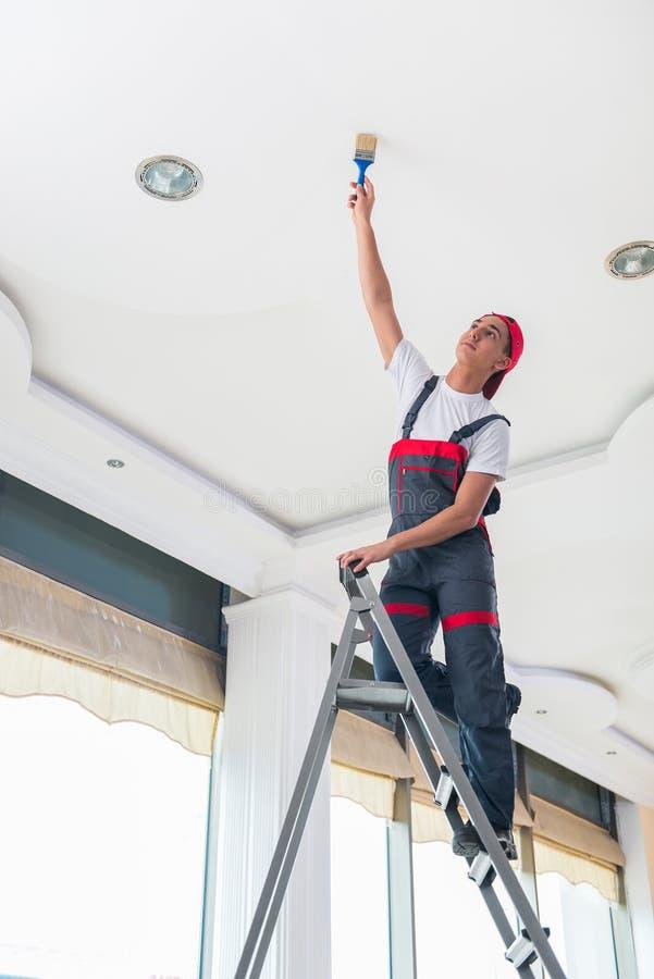 绘在建筑概念的年轻画家天花板 库存照片
