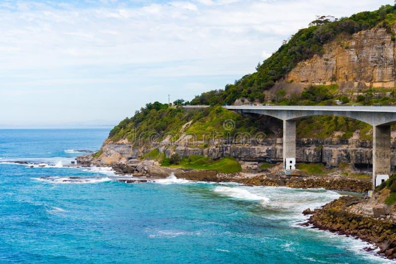 在665米长海峭壁桥梁,沿风景盛大和平的驱动的平衡的悬臂桥的看法在Coalcliff, NSW 库存图片
