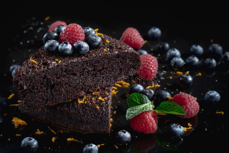 在黑背景的可口巧克力蛋糕 免版税库存照片