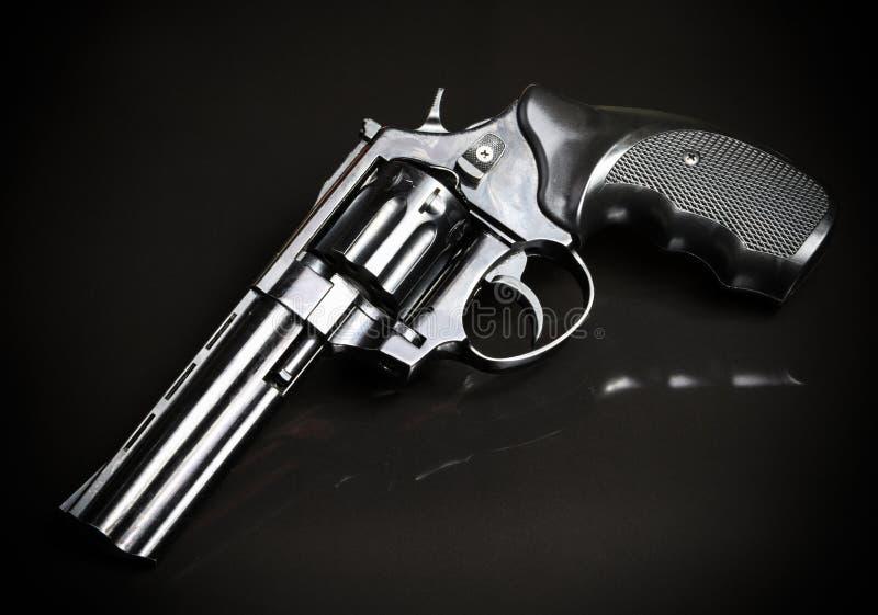 在黑背景的左轮手枪枪 图库摄影