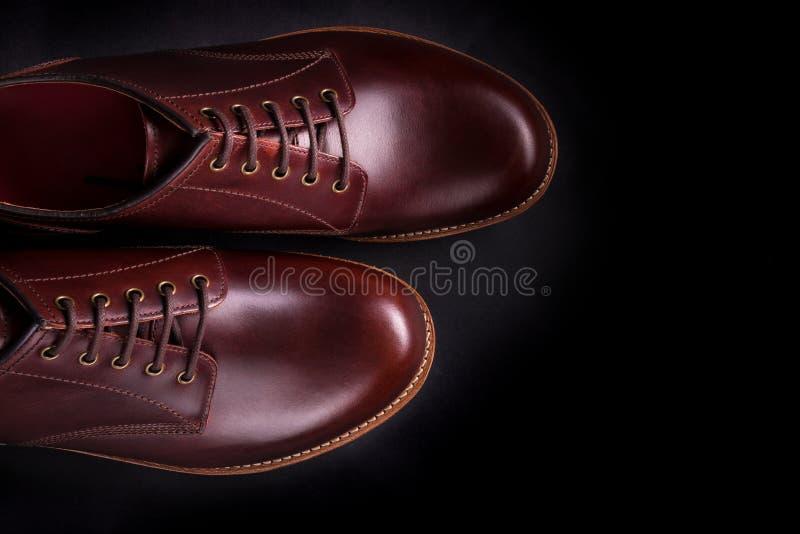 在黑背景的布朗牛津鞋子 顶视图 复制空间 免版税库存照片