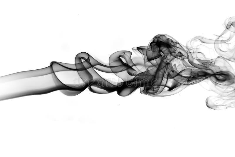 在黑背景的抽象白色烟 库存图片